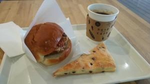 チキン竜田バーガー、チョコチップパイ、コーヒー